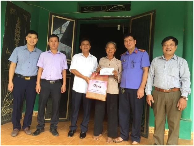 VKS Văn Yên  thăm hỏi và tặng quà các gia đình chính sách nhân kỷ niệm ngày 27/7
