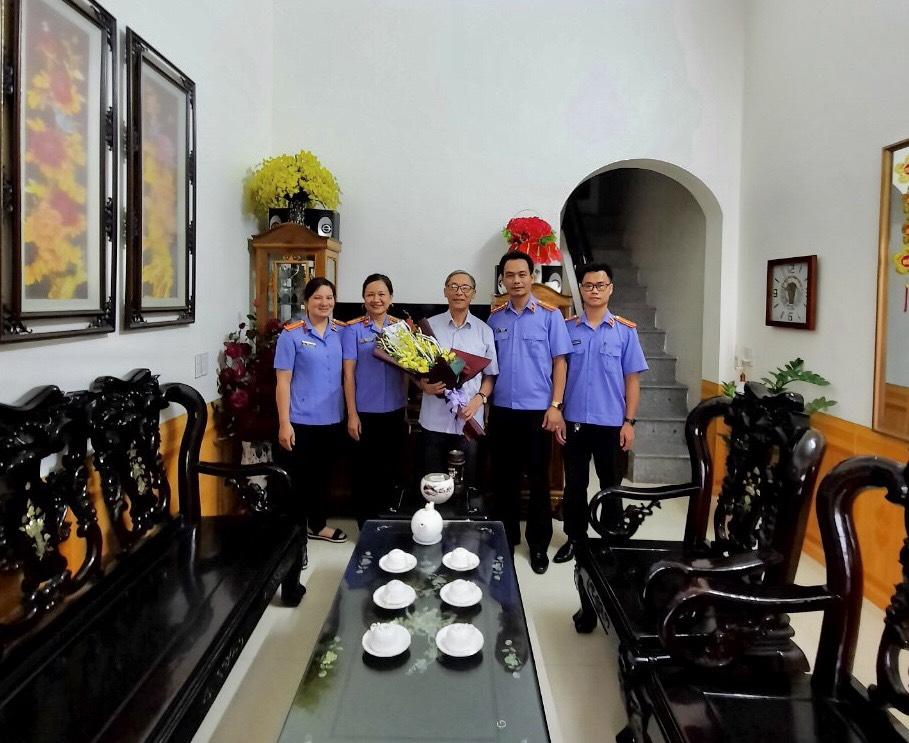 VKS Trấn Yên thăm và tặng người có công