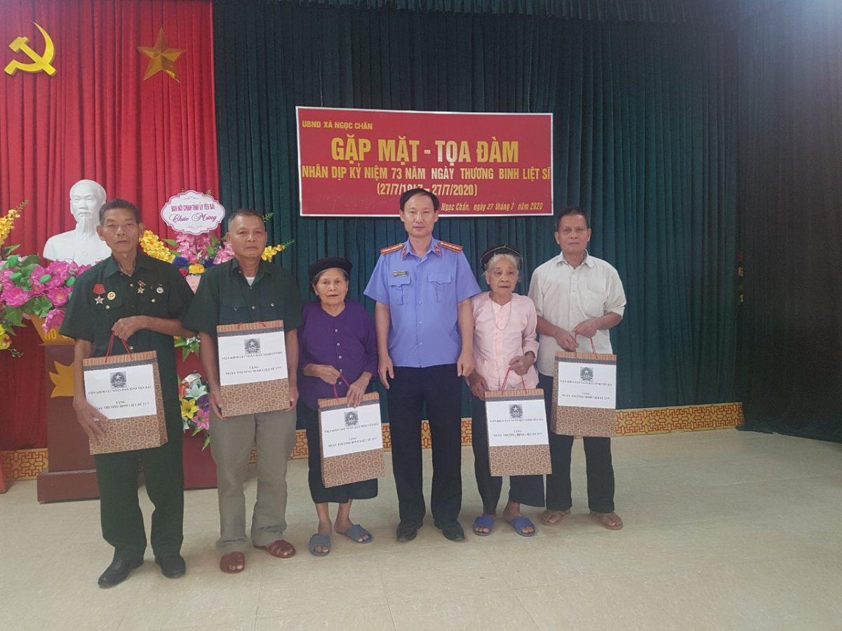 Lãnh đạo VKSND tỉnh Yên Bái tặng quà cho các gia đình chính sách nhân Kỷ niệm 73 năm ngày thương binh liệt sỹ