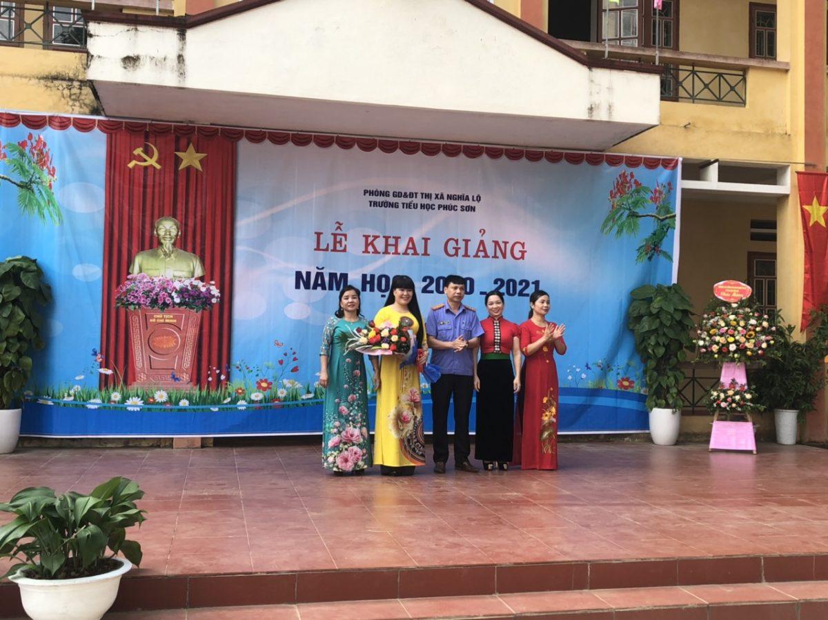 Lãnh đạo VKSND thị xã Nghĩa Lộ dự khai giảng năm học 2020-2021 tại trường Tiểu học xã Phúc Sơn