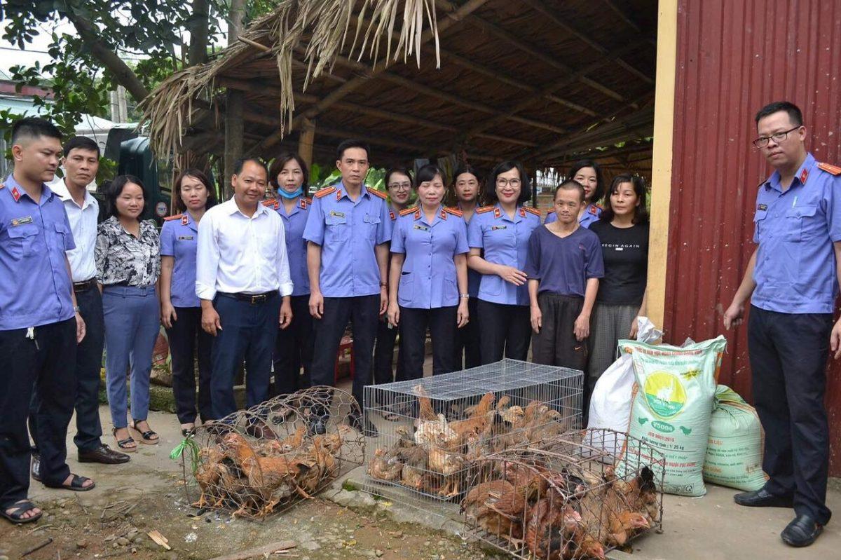 VKSND thành phố hỗ trợ con giống cho hai hộ nghèo tại xã Giới Phiên