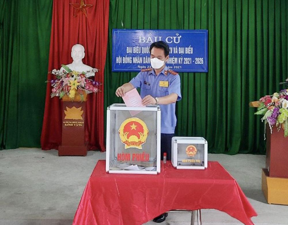 Viện trưởng VKSND huyện Trấn Yên dự lễ khai mạc và chỉ đạo công tác bầu cử tại Tổ bầu cử số 2, xã Minh Quân, huyện Trấn Yên