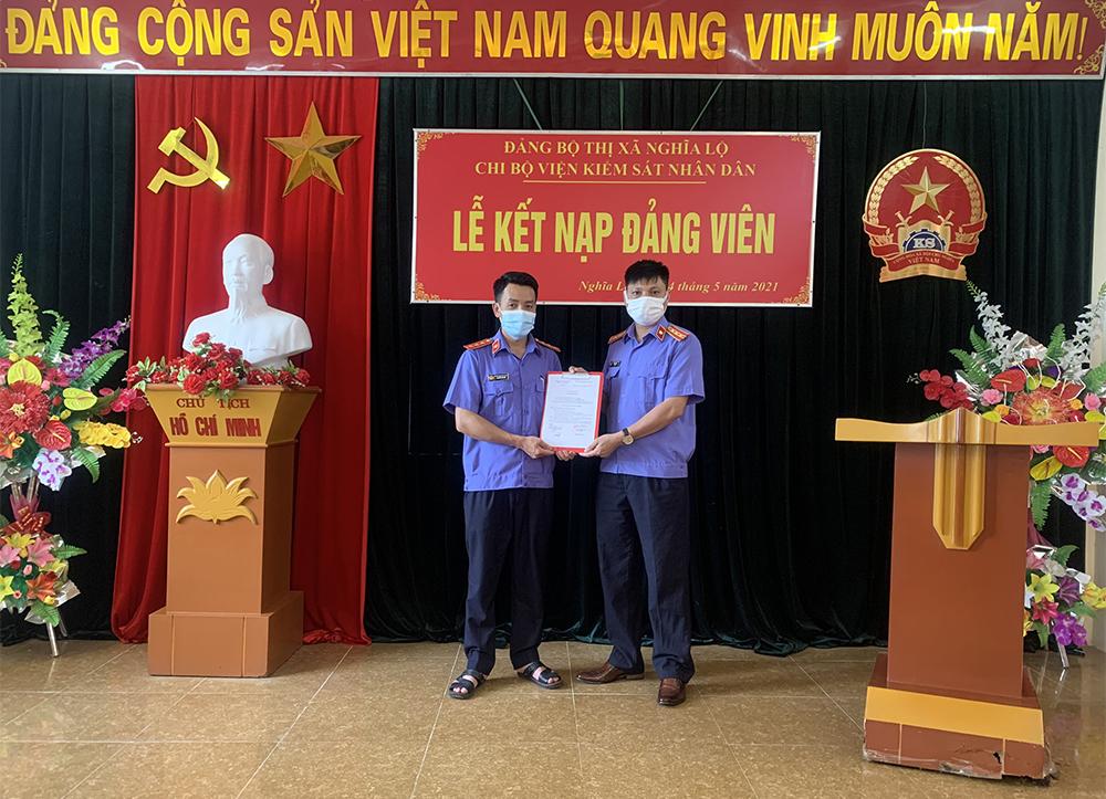 Chi bộ VKSND thị xã Nghĩa Lộ tổ chức kết nạp đảng viên mới
