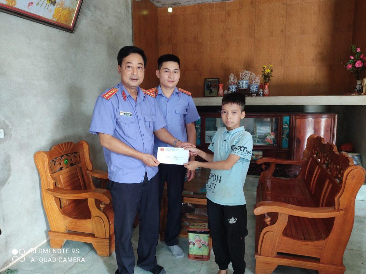 VKS Văn Chấn tặng quà trẻ em có hoàn cảnh đặc biệt khó khăn  ngày Quốc tế thiếu nhi 01/6