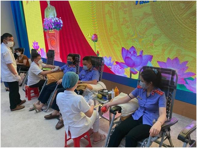 Tình nguyện viên VKSND huyện Văn Yên tham gia hiến máu tình nguyện