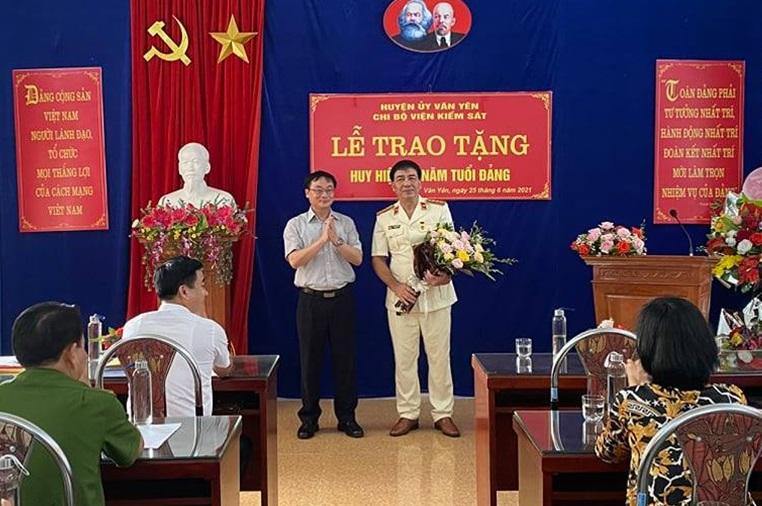 VKSND huyện Văn Yên tổ chức Lễ trao tặng huy hiệu 30 năm tuổi Đảng