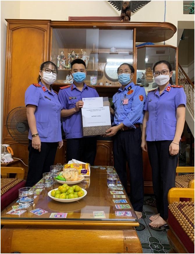 Chi đoàn VKSND tỉnh  Yên Bái đến thăm hỏi và tặng quà cho gia đình thương binh, liệt sỹ