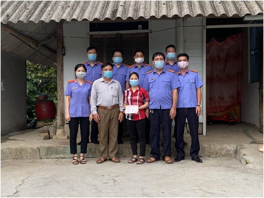 VKSND huyện Văn Yên tặng sổ tiết kiệm cho hộ nghèo tại xã Yên Thái