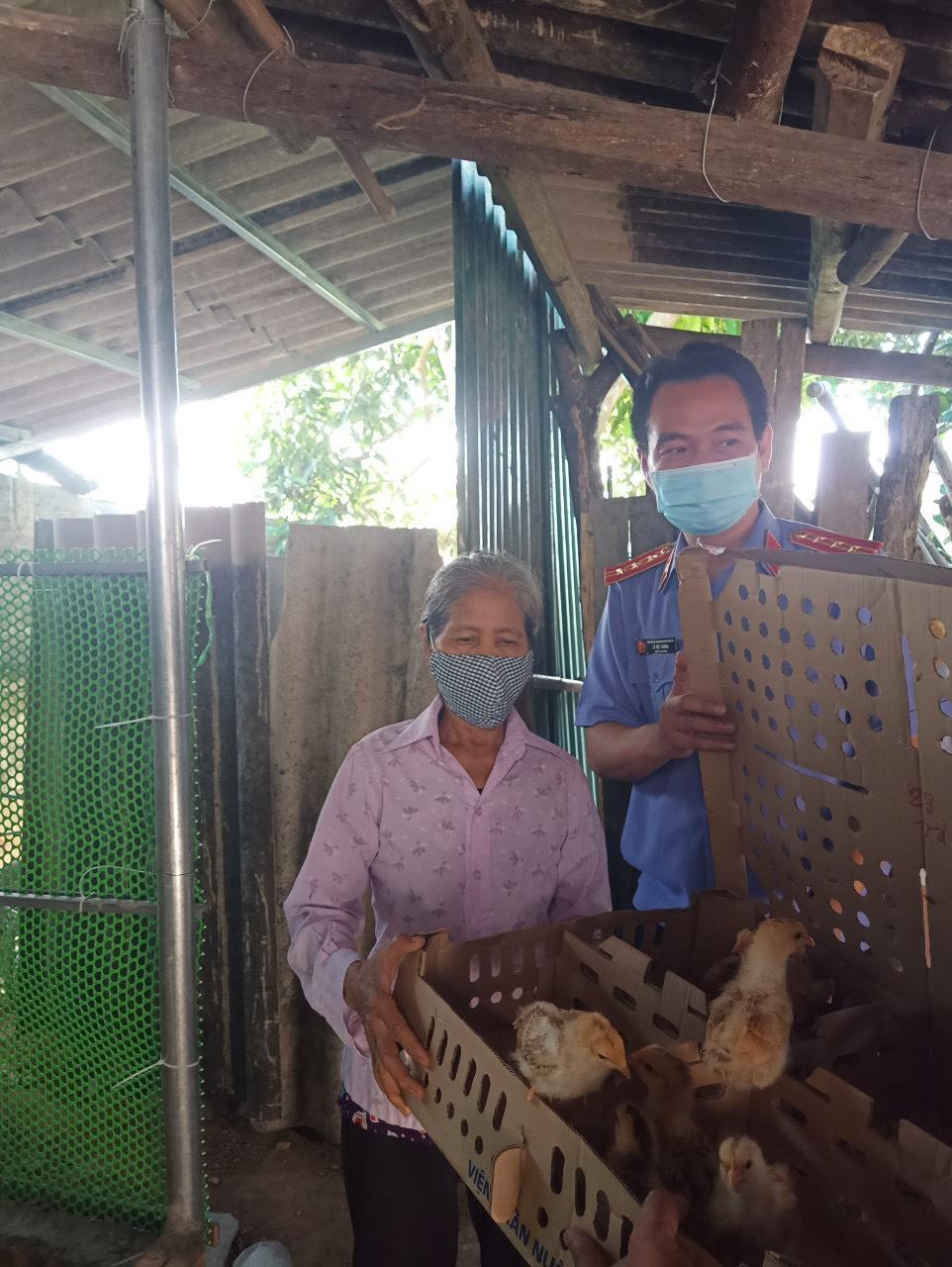 VKSND huyện Trấn Yên giúp đỡ 02 hộ nghèo tại xã Minh Quân