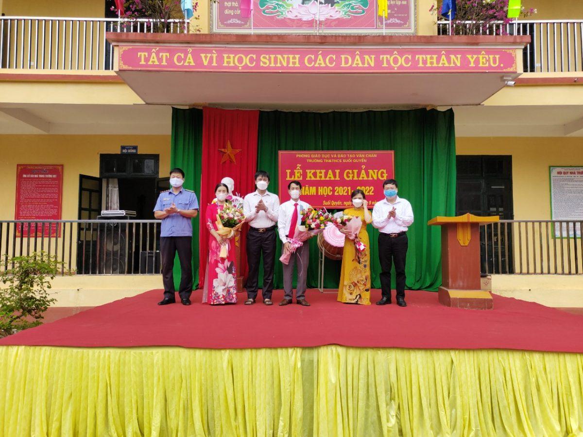 Lãnh đạo Viện kiểm sát nhân dân huyện Văn Chấn dự khai giảng tại  Trường Tiểu học và Trung học cơ sở xã Suối Quyền