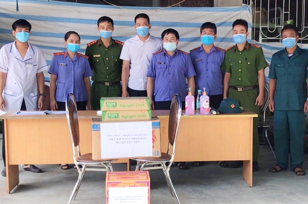 Viện kiểm sát nhân dân huyện Lục Yên tiếp sức chốt kiểm dịch Covid-19